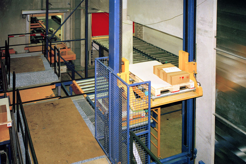 Premier Material Handling System With Conveyor